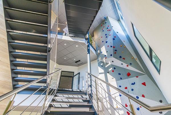 Nimmt man die Treppe oder die Kletterwand?