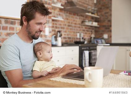 Heimarbeit - Home-office. Vater arbeitet von zu Hause aus.
